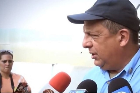 Kosta-Rika prezidenti müsahibə zamanı arını udub - VİDEO