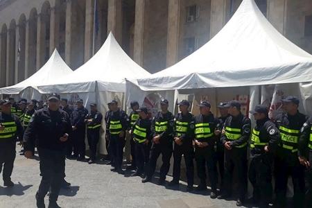 Tbilisidə etirazçıların çadırları mərkəzi prospektdən götürülüb