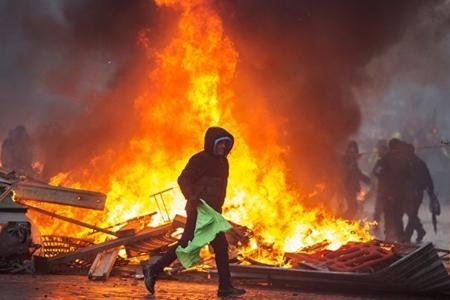 Fransada etirazçılar 11 yanacaq anbarının yolunu kəsib