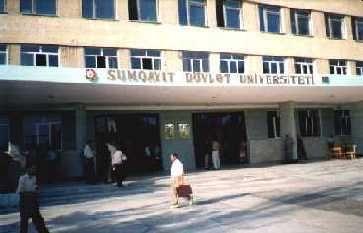Sumqayıt Dövlət Universitetinin girişində sütunlu tavan çöküb