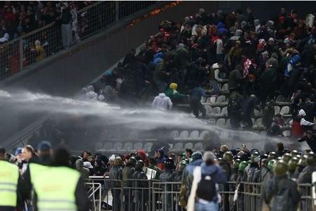 Rumıniyanın futbol çempionatı oyununda azarkeşlər arasında iğtişaş olub