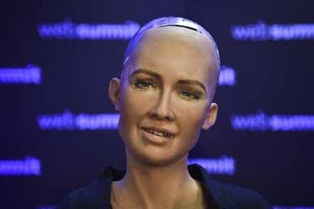 İnsan kimi danışan və zarafatlaşan robot Bakıya gətirilir