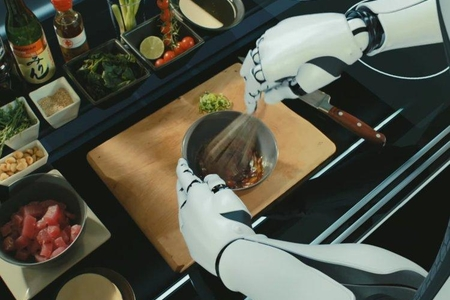 Robotların yemək bişirdiyi restoran açıldı