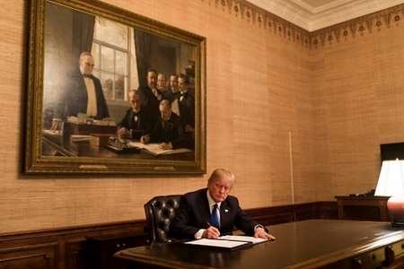 Donald Tramp İrana qarşı sanksiyaların bərpasına dair fərman imzalayıb