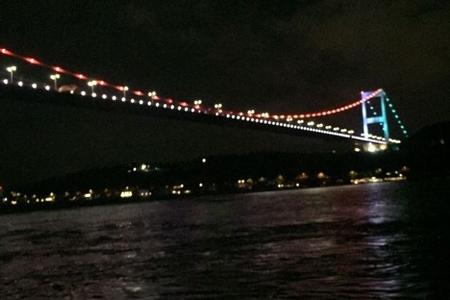 İstanbul Boğazındakı körpü Azərbaycan bayrağının rənglərinə boyanıb