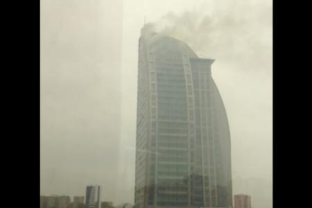 Bakıda çoxmərtəbəli bina yanır – YENİLƏNİB -VİDEO