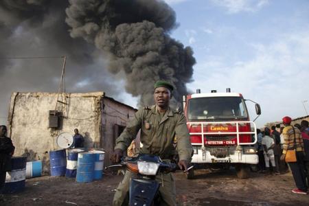 Nigeriyada benzin daşıyan avtomobil partlayıb, onlarla ölü və yaralı var