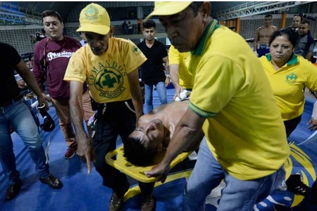 Salvadorlu boksçu döyüş zamanı aldığı zərbədən ölüb - VİDEO