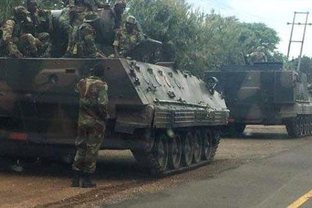 93 yaşlı prezident Muqabe girov götürüldü: Ordu həbslərə başladı