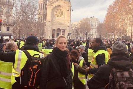 Aktrisa Uma Turman Parisin mərkəzindəki etiraz aksiyasına qatılıb