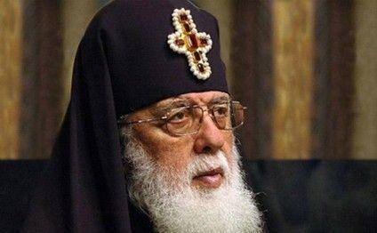 Gürcüstan patriarxının ibadət zamanı halı pisləşib