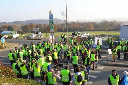 Fransada polis neft anbarını mühasirəyə alan