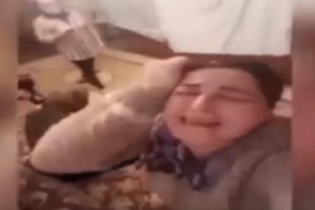 Anasının yasında ağlayaraq selfi etdi - Özgüvən əskikliyi, yoxsa xəstəlik...