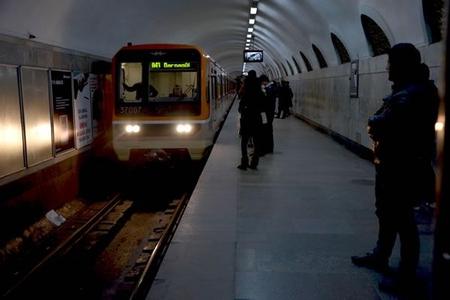 Bakı metrosunda qatar gənci vurdu