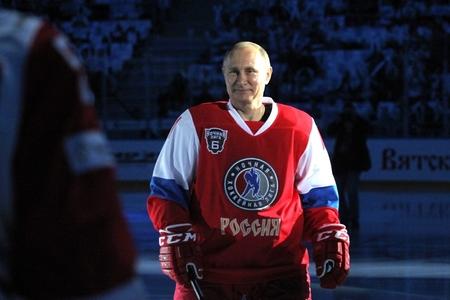 Putin Qırmızı meydanda hokkey oynadı