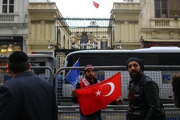 Niderlandın İstanbuldakı konsulluğu üzərində Türkiyə bayrağı qaldırılıb