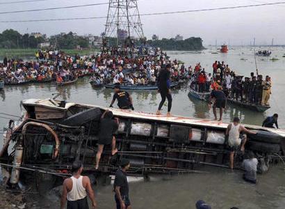 Avtobus kanala düşdü: 7 ölü, 25 yaralı