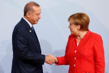 Angela Merkelin qərarı mübahisələrə səbəb olub