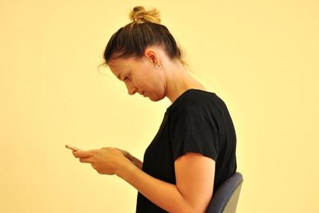 """Ortopedlər """"smartfon ənsəsi""""nə qarşı diqqətli olmağa çağırırlar"""