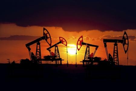 Dünya bazarında neftin qiyməti aşağı düşüb