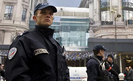 Metroda naməlum şəxs polisi bıçaqla yaralayıb