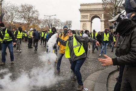 """Yüzlərlə insan """"sarı jiletlər""""in etiraz aksiyalarında iştirak edib"""