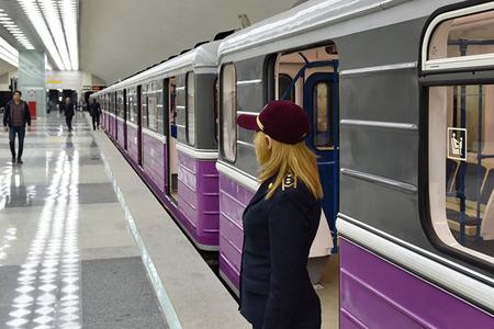 Metroda gənc oğlan özünü qatar yoluna atıb
