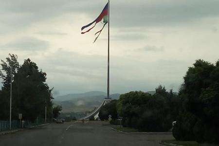 Qazaxda bayrağımız bu halda - yerli hakimiyyət hara baxır - FOTO