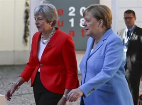 Angela Merkel Tereza Meyin əlini sıxmaqdan niyə imtina edib?