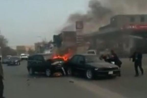 """Bakıda qorxunc qəza: """"Lukoil""""in qarşısında iki maşın toqquşub, yandı - VİDEO"""