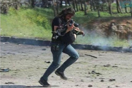 Fotokameralarını kənara qoyub, yaralıları daşıdılar - FOTOLAR
