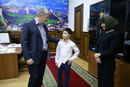 Dərbəndin başçısı azyaşlı süpürgəçi oğlana ev bağışladı
