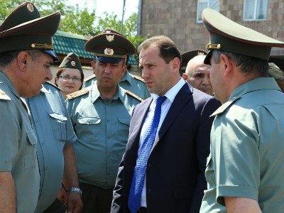 Ermənistanın müdafiə naziri də oğlunu hərbi xidmətə göndərdi - Qarabağa