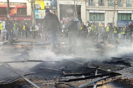 """Parisdə """"sarı jiletlilər""""in aksiyasında 60 nəfər xəsarət alıb"""
