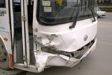 Bakıda marşrut avtobusu zəncirvari qəza törədib, sürücüsü ölüb