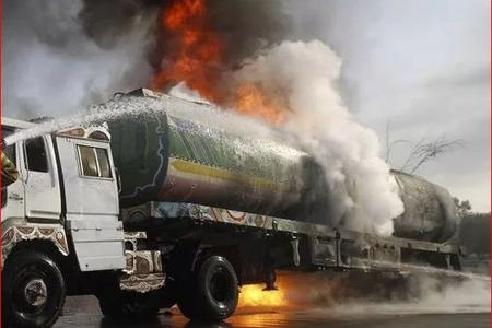Qazaxda benzin daşıyan maşın yanır