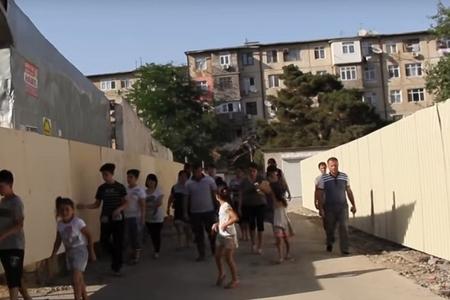 """Nəsimi rayonunda sakinlər """"müdafiə səddi"""" qurdular"""