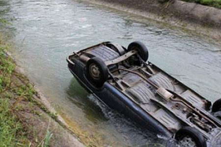 Yevlaxda avtomobil kanala düşüb, xəsarət alanlar var