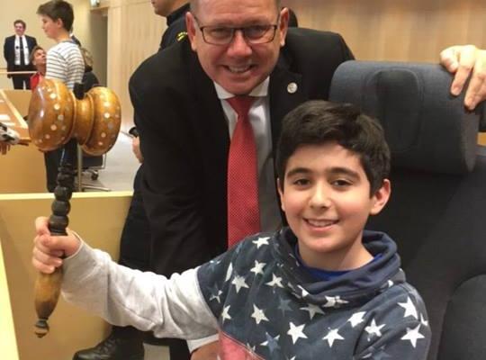 Günün fotosu - əməkdaşımızın oğlu İsveç parlamenti spikerinin kürsüsündə....