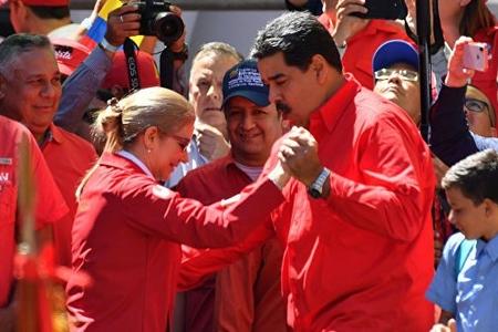 Venesuela prezidenti mitinqdə xanımı ilə rəqs edib - VİDEO