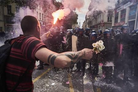 Fransada miqrantlarla polis toqquşdu - 4 polis yaralandı
