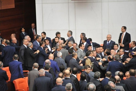 Türkiyə parlamentində deputatlar dava saldı (FOTO)