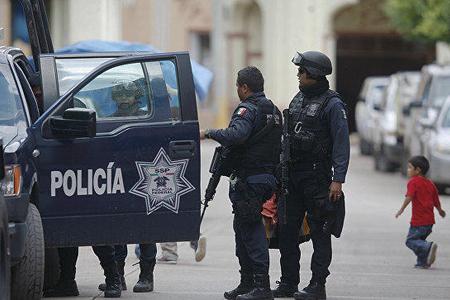 4 polis əməkdaşıı güllələnib