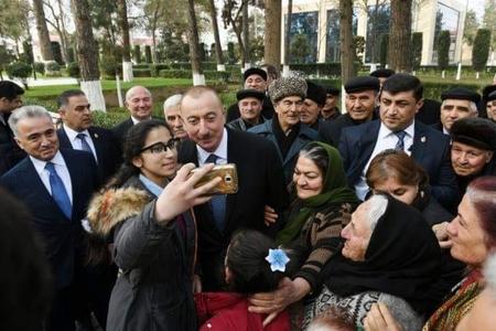 Prezident sakinlərlə mahnı oxudu - VİDEO