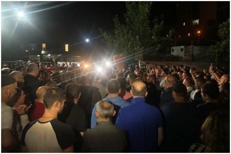 """Tbilisidə """"Rustavi 2"""" kanalının qarşısında mitinq başlayıb"""