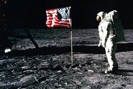 Aya ilk ayaq basan astronavt–