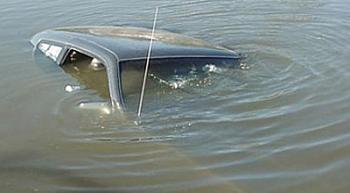 Sabirabadda maşın su kanalına aşıb, sürücü ölüb