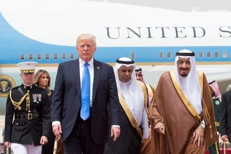 Tramp Kral Salmana zəng vurdu