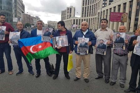 Azərbaycanlılar Fuad Abbasovun həbsinə etiraz olaraq Moskvada aksiya keçiriblər