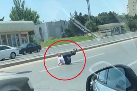 Bakıda kişi yolun ortasına uzanıb bütün hərəkəti dayandırdı